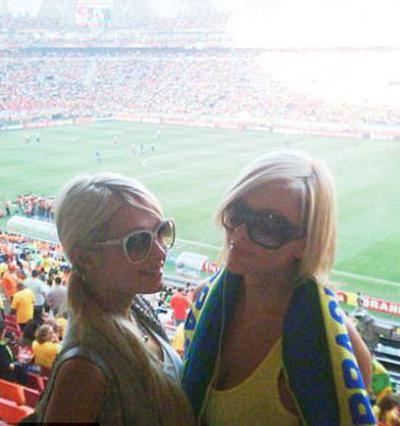Η Πάρις με τη φίλη της, πρώην  Playmate Τζένιφερ Ροβέρο ποζάρουν  κατά τη διάρκεια του αγώνα μεταξύ  Βραζιλίας και Ολλανδίας.