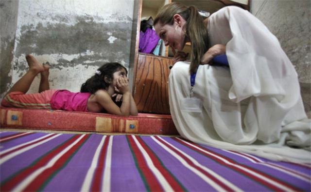 Η Αντζελίνα με την 5χρονη ιρακινή πρόσφυγα.