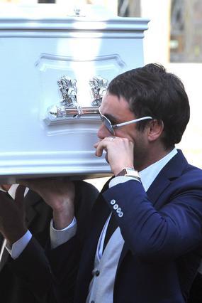 Ο σύζυγος της Γκούντι, Τζακ Τουίντ δακρύζει καθώς βοηθάει στη μεταφορά του φέρετρού της.