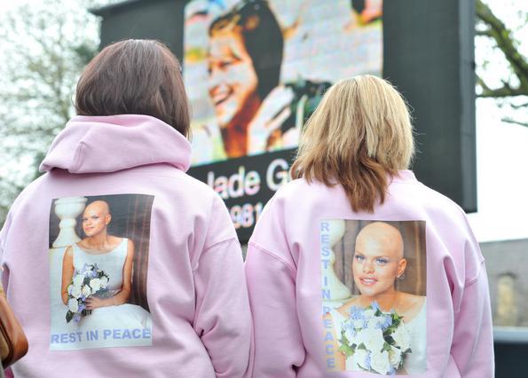 Θαυμάστριες της Γκούντι παρακολουθούν το βίντεο έξω από την εκκλησία.
