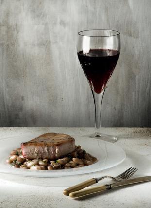 Φιλέτο τόνου με σάλτσα κρασιού και λευκά φασόλια