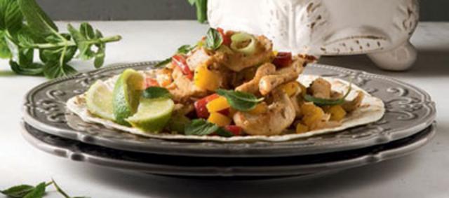 Σαλάτα σε τορτίγια με κοτόπουλο σχάρας