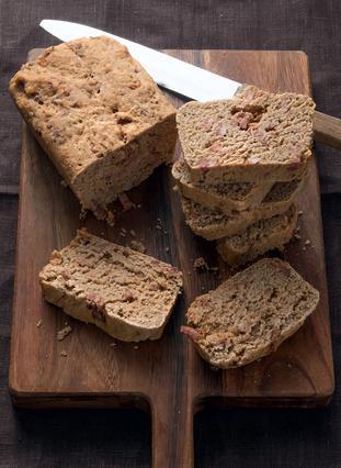 Ψωμί μαύρο με λουκάνικο και καπνιστή πάπρικα
