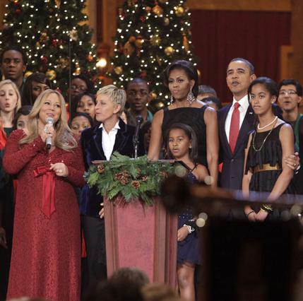 Η Μαράια Κάρεϊ -με την κοιλιά της- τραγούδησε στη χριστουγεννιάτικη γιορτή της οικογένειας Ομπάμα.