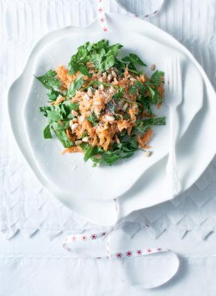 Σαλάτα με καρότα και κουκουνάρι