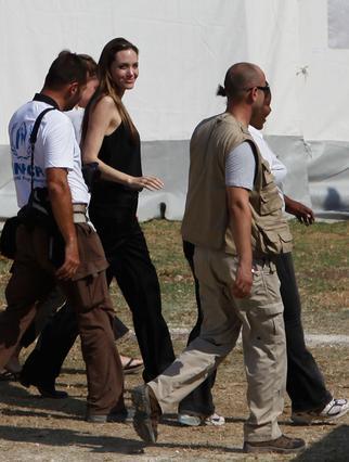 Η Αντζελίνα Τζολί επισκέφτηκε  καταυλισμούς προσφύγων στην Αϊτή.
