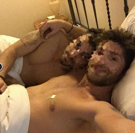 Διάσημα μοντέλα ημίγυμνα ποζάρουν αγκαλιά στο κρεβάτι