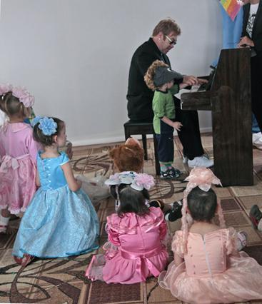 Ο Έλτον Τζον τραγουδάει για τα παιδιά του ορφανοτροφείου.