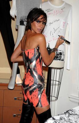 Η Βικτόρια στην εκδήλωση του καταστήματος Bergdorf Goodman  στο πλαίσιο της Εβδομάδας  Μόδας της Νέας Υόρκης, με  φόρεμα δικού της σχεδιασμού.
