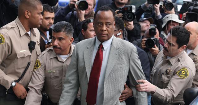 Ο γιατρός του Μάικλ Τζάκσον  οδηγείται στο δικαστήριο.