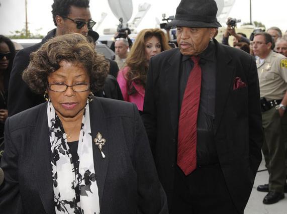Η Κάθριν, ο Τζο και η Λατόγια Τζάκσον  βγαίνουν από το δικαστήριο.  Σύσσωμη η οικογένεια δηλώνει  μη ικανοποιημένη από το κατηγορητήριο.