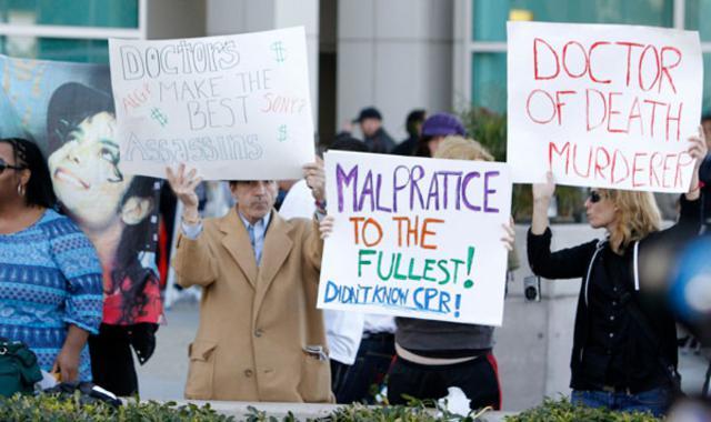 θαυμαστές του Τζάκο δηλώνουν  εναντίον του γιατρού Μιούρεϊ,  τον οποίο θεωρούν δολοφόνο.