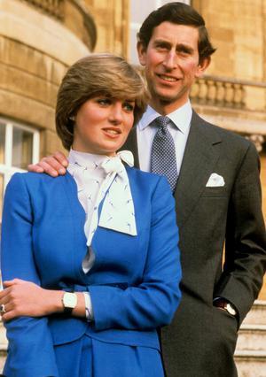 Ο πρίγκιπας Κάρολος και η Νταϊάνα στην επίσημη φωτογραφία των  αρραβώνων τους το 1981.  Αναμένεται και μία ανάλογη  πόζα από τον Γουίλιαμ και  την Κέιτ, σύντομα.