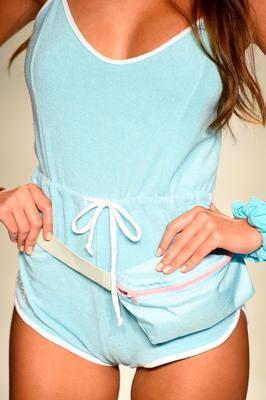 <p>Ακόμη και σε στιλ πετσετέ η κοντή ολόσωμη φόρμα σου είναι μια σούπερ επιλογή όχι μόνο για την παραλία αλλά και για όλη την ημέρα!</p>