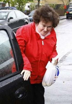 Η Μπόιλ επιστρέφει στο σπίτι της στο χωριό μετά την πρώτη της  εμφάνιση στο σόου.