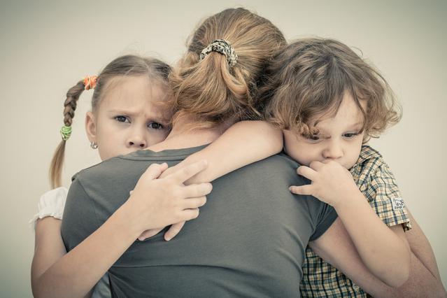 «Μαμά, θα γίνει πόλεμος;» Πώς εξηγούμε στα παιδιά μας τι συμβαίνει σήμερα;