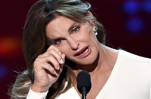 Κέιτλιν Τζένερ: Βραβείο θάρρους & δάκρυα επί σκηνής