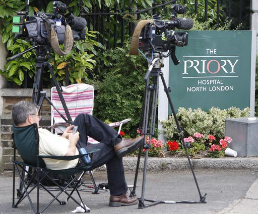 Τα τηλεοπτικά συνεργεία καραδοκούν έξω από την κλινική The Priory όπου νοσηλεύεται η Μπόιλ.