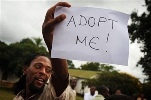 Κάτοικος του Μαλάουι διαμαρτύρεται έξω από το δικαστήριο, την περασμένη Παρασκευή.