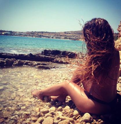 Νεαρή τραγουδίστρια προκαλεί & κολυμπά τόπλες στα Κουφονήσια