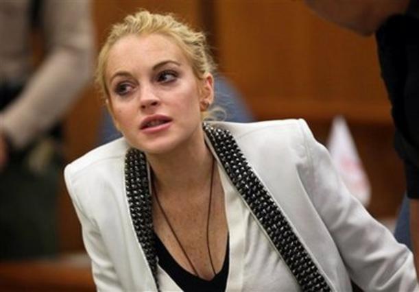 Η Λόχαν παρακολουθεί προσεκτικά τις παρατηρήσεις του δικαστηρίου.