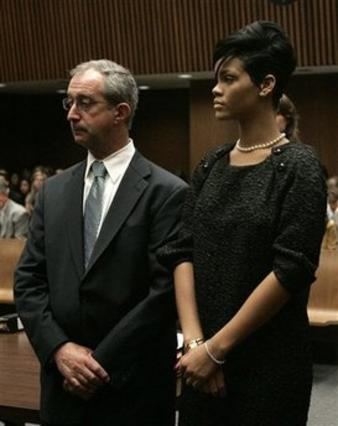 Η Ριάνα παρακολουθεί την εκφώνηση της απόφασης του δικαστηρίου με  τον δικηγόρο της.