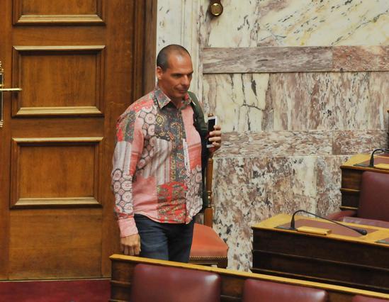 Καλοκαίρι σημαίνει: ο Βαρουφάκης στη Βουλή με πουκάμισο - λαχούρι