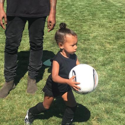 Η μικρούλα Νορθ μαθαίνει ποδόσφαιρο κι εμείς λιώνουμε!