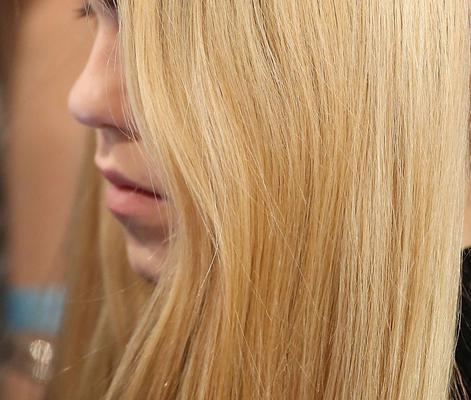 <h4><strong>Φτιάξε τη δική σου μάσκα για ξανθά μαλλιά</strong></h4>  <h4>Τι θα χρειαστείς:</h4>  <p>Λεμόνι, πατάτα, χαμομήλι: το χαμομήλι και το λεμόνι καθαρίζουν το ξανθό μαλλί από την κιτρινίλα. Τα
