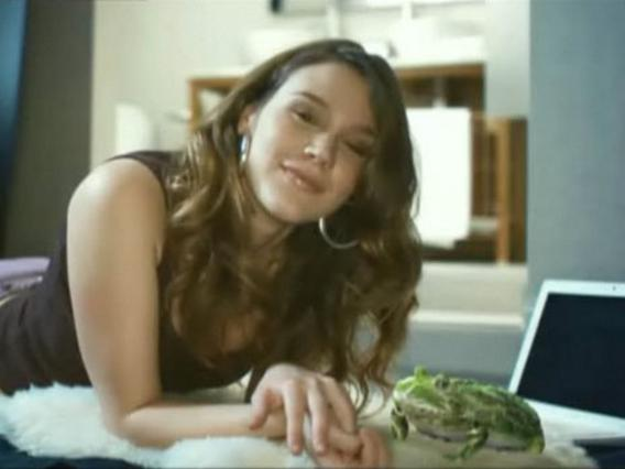 Η Τζος Στόουν παρέα με τον διάσημο βάτραχο.