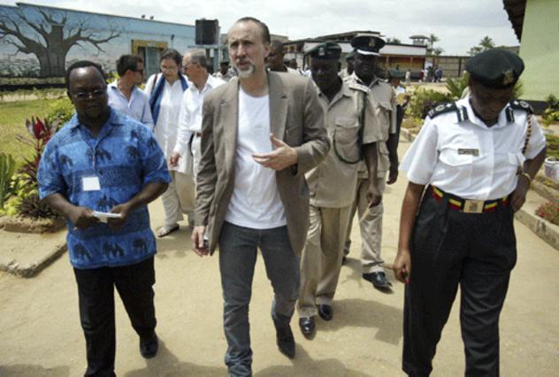 Φυλακές στην Κένυα επισκέφτηκε ο  Κέιτζ στο ταξίδι του στην Ν. Αφρική