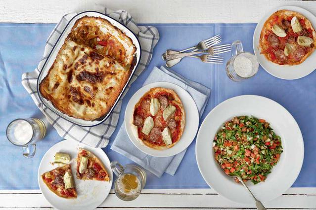 Πίτσα με αγκινάρες, λουκάνικο και κρεμμύδια