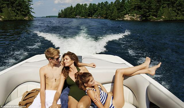 Σίντι Κρόφορντ: Βγάζει τα παιδιά της στο... κλαρί επίσημα!