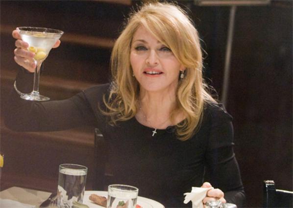 Η Μαντόνα πίνει ένα Μαρτίνι στην υγεία του παρουσιαστή Ντέιβιντ Λέτερμαν, στο πλαίσιο της εμφάνισης της στην εκπομπή του.