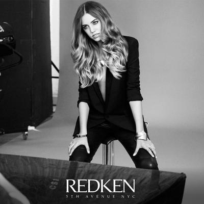 <p>Τα μαλλιά της Amber επιμελήθηκε η Redken Artist Sean Godard χρησιμοποιώντας τις επαγγελματικές βαφές της Redken κάνοντας color matching με Chromatics και Shades EQ</p>