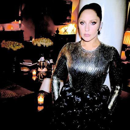 Τόπλες γιατρεύει την ψυχή της η Lady Gaga [photo]