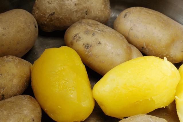 Το κόλπο για εύκολο ξεφλούδισμα βραστής πατάτας (vds)