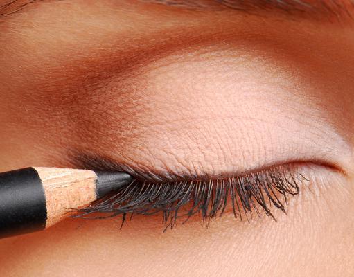 <p>Οι πιο ανατρεπτικές ιδέeς για μακιγιάζ που μπορείς να φτιάξεις με το μολύβι των ματιών σου τη νέα σεζόν.</p>