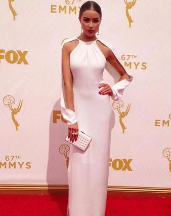 Λιποθύμησε στο κόκκινο χαλί των Emmy η Μις ΗΠΑ -Τη μετάφεραν με καροτσάκι [photo & vds]