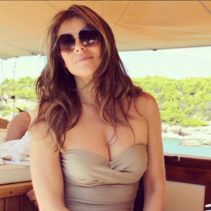 Βασιλικές πόζες της Λιζ Χάρλεϊ στην Ελλάδα αγκαλιά με τον  τέως  [photos]