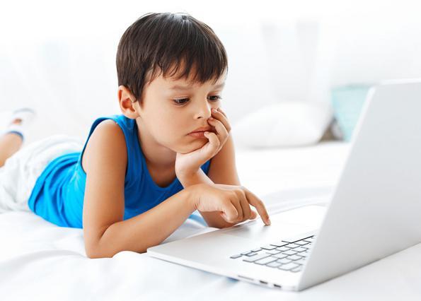 Το παιδί μου σερφάρει με τις ώρες στο Ιντερνετ: Πότε ν΄ανησυχήσω;