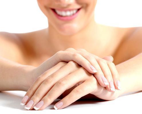 <p>Για να το πετύχεις, πρέπει να μην έχεις τα νύχια σου κομμένα πολύ κοντά, αλλά να περισσεύει λίγη άκρη. Βάφεις τις άκρες με λευκό χρώμα και το υπόλοιπο νύχι σε διάφανο ροζ ή απαλό μπεζ.</p>  <p>Δεν