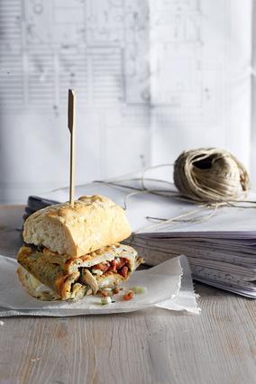 Σάντουιτς με ομελέτα, κασέρι και μυρωδικά