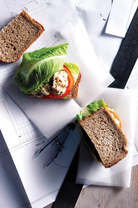 Σάντουιτς με τονοσαλάτα, ντομάτα και μαρούλι
