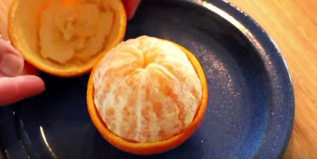 Πώς θα ξεφλουδίσεις το πορτοκάλι με ένα κουτάλι!