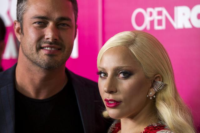 Ξέφυγε  η Lady Gaga με τον αρραβωνιστικό στο κόκκινο χαλί [photos]