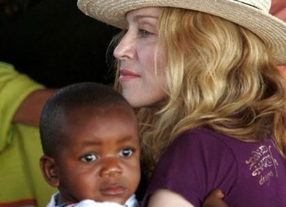 Η Μαντόνα με τον μικρό Ντέιβιντ Μπάντα.