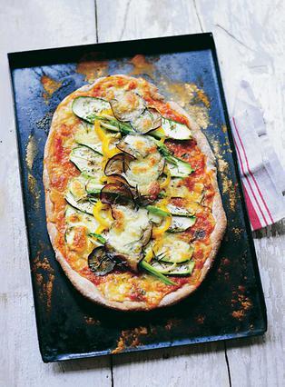 Πίτσα με ψητά κολοκυθάκια, μελιτζάνες και πιπεριές