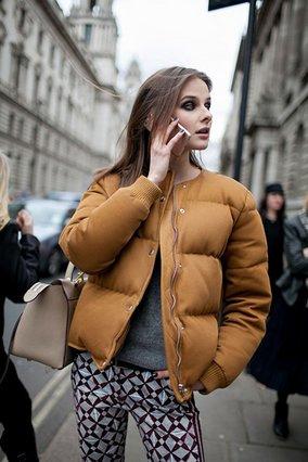 Μπουφανάκι κοντό σε ταμπά χρώμα με γκρι μπλούζα και παντελόνι στις ίδιες αποχρώσεις είναι ο ιδανικός συνδυασμός.