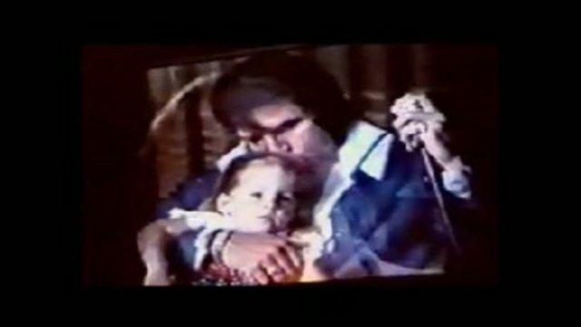 <p>Ο Έλβις με τη μοναχοκόρη του Λίζα Μαρί</p>